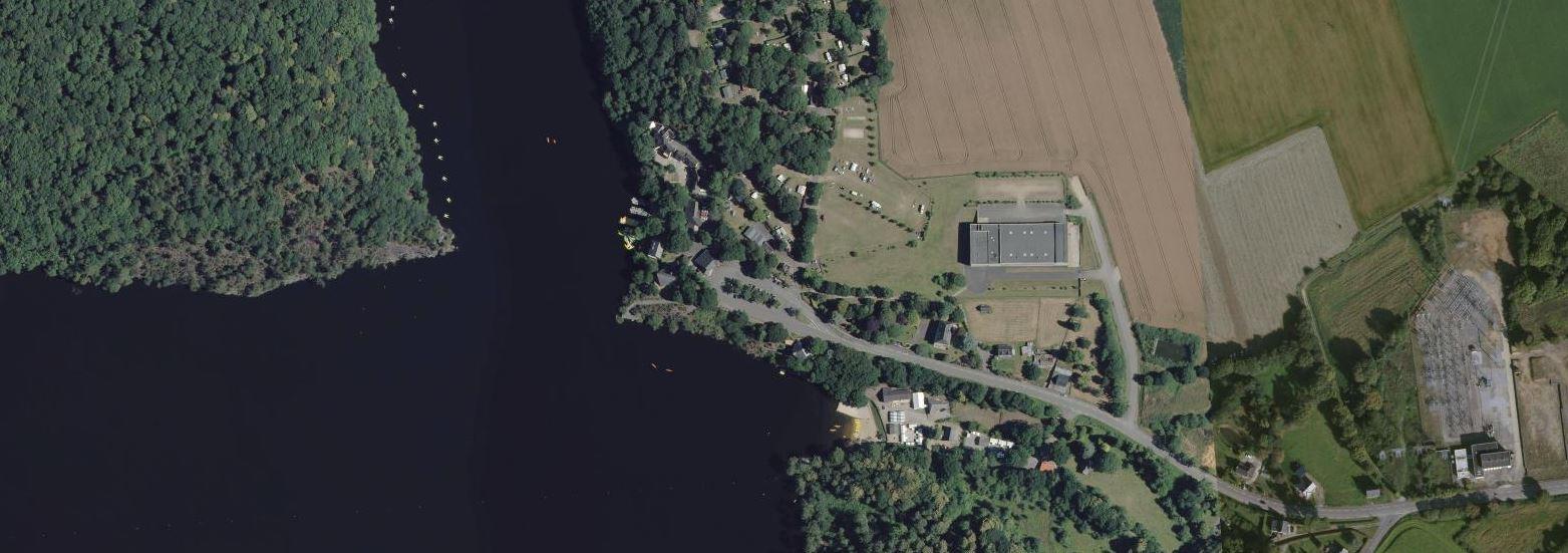 vue aérienne des installation de l'anse de Guerlédan
